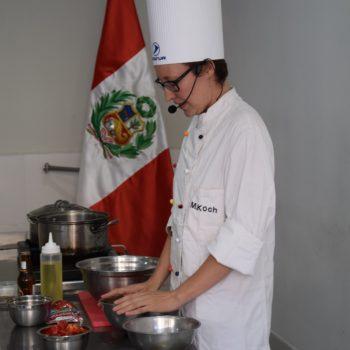 Magdalena Koch gibt einen Kochkurs in Tacna, Peru. Foto: Privat