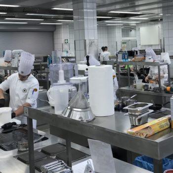 Bei der Arbeit in einer Großküche.