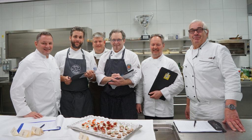 Neben der Kochleistung legt die Jury Wert auf den Umgang mit den frischen Lebensmitteln, der Einhaltung der Hygienestandards und der Warenerkennung. Foto: ZV Hamburg