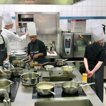 Konzentriertes Arbeiten in der Küche beim COOK TANK, Jugendcamp des Landesverbands Niedersachsen. Foto: LV Niedersachsen