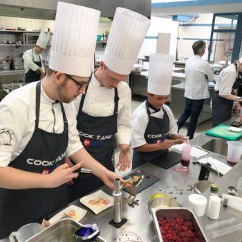 Die Zubereitung der Süßspeisen erforderte konzentriertes und kreatives Arbeiten in der Küche beim COOK TANK, Jugendcamp des Landesverbands Niedersachsen. Foto: LV Niedersachsen