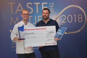 Azubi Jan Brey und Ausbilder Florian Hommel vom Martin-Luther-Stift Hanau gewinnen die Matjesmeisterschaft 2018. Foto: Friesenkrone