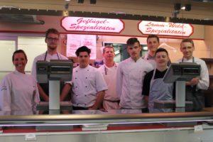 Blick hinter die Kulissen: Die Kochauszubildenden lernten auch etwas für den Verkauf von Wildlfeisch. Foto: Privat.
