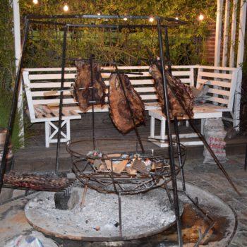 Lamm wird auf Spießen über dem Feuer gegrillt. Foto: Privat