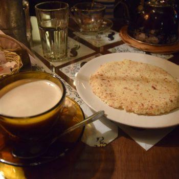 Der Cocido ist ein warmes Getränk auf Basis von Mate-Tee, dem ein Stück heiße Holzkohle einen rauchigen Geschmack verleiht Dazu gibt's Mbeju. Foto: Privat