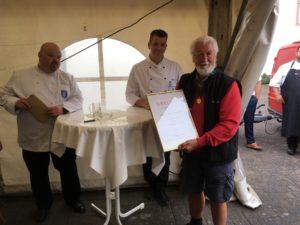 Goldmedaille für Reiner Ehrenschneider: Uwe Fusenig (links) und Andreas Becker gratulieren zu 50 Jahre VKD-Mitgliedschaft. Foto: Verein der Köche Trier e.V.