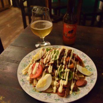 Fettig muss es sein: Pique Macho besteht unter anderem aus Rindfleisch, Pommes und viel Mayonnaise. Foto: Privat
