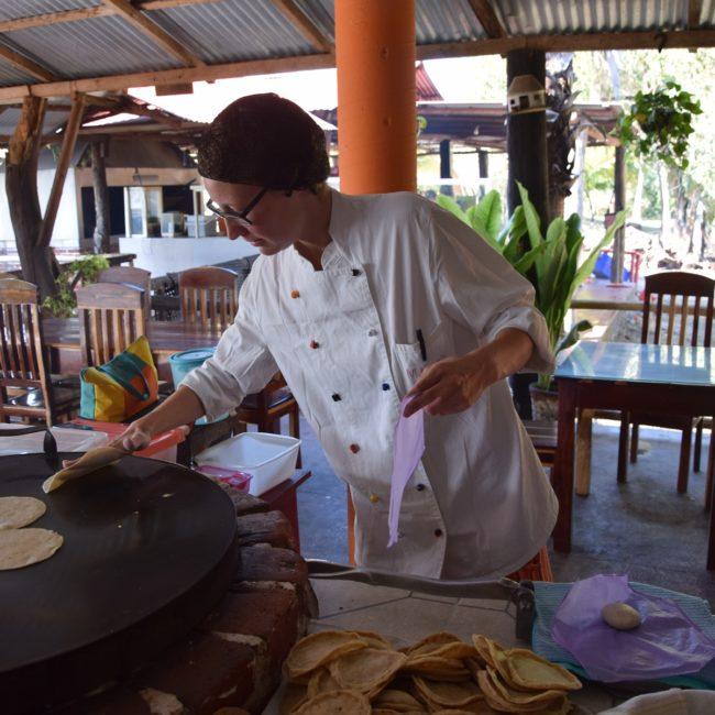 Magdalena Koch bereitet Tortillas auf dem Comal zu. Foto: Privat