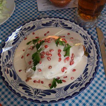 Chiles en Nogada ist eine große grüne Chili mit weißer Walnusssauce und rotem Granatapfel. Foto: Privat