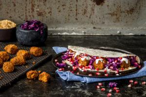 Wie können Köche Insekten in alltäglichen Gerichten einbringen? Melchior Füglistaller von Essento berichtet dazu und bringt auch Exemplare wie diese Insect Balls zum Probieren mit. Foto: Essento/Tina Sturzenegger