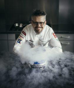 Rolf Caviezel, Koch aus der Schweiz, ist Experte, wenn es um die molekulare Küche geht. Während Young Chefs Unplugged setzt er einen Kürbis unter Druck - während Wissenschaftler Dr. André Bernard das Ganze aus wissenschaftlicher Sicht beleuchtet. Foto: privat