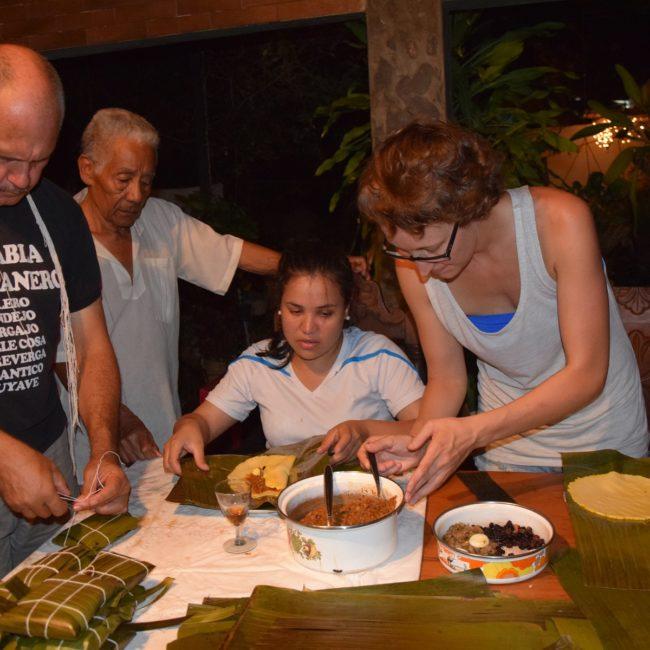 An Weihnachten bereitet traditionell die ganze Familie das Essen gemeinsam zu - hier: Hallacas. Foto: Privat