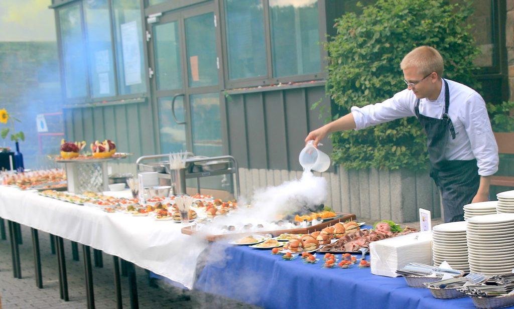 Grund zum Feiern gab es anlässlich des 25-jährigen Bestehens der Hotelfachschule Marburg. Foto: Käthe-Kollwitz-Schule Marburg