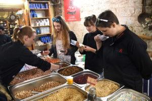 Faszination Gewürze: Das Angebot in Israel beeindruckte die Schüler aus Hamburg. Foto: Ctefan Wohlfeil