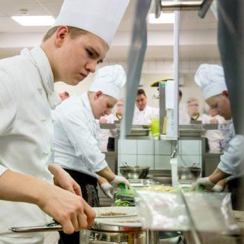 Der Köche-Nachwuchs ist konzentriert bei der Arbeit. Foto: DEHOGA_Svea Pietschmann