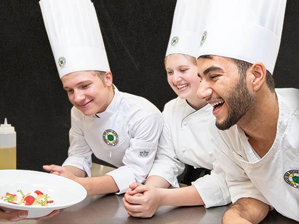 Die neue Berufsinformation Koch/Köchin des VKD informiert unter anderem über die Inhalte und Ablauf der Ausbildung. Foto: Ingo Hilger