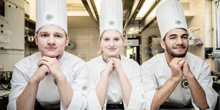Drei Auszubildende zum Koch/zur Köchin im Atrium Hotel Mainz. Goto: Ingo Hilger