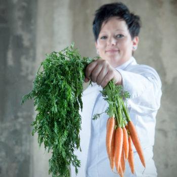"""Viktoria Stranzinger: Sie ist frisch gebackene Gründerin von """"Cook up Kitchen"""" – Viktoria Stranzinger eröffnete ihren Catering-Betrieb mit eigener Kochschule erst im April dieses Jahres. Für die Österreicherin wird Nachhaltigkeit, Regionalität, Weiterbildung und Charity groß geschrieben, und das sind auch die Grundsätze von """"Cook up Kitchen"""". Viktoria Stranzinger ist Vorstandsmitglied des Verbands der Köche Österreichs und auch durch das Fernsehen mittlerweile landesweit bekannt: Sie siegte nämlich dieses Jahr bei der TV-Kochshow """"Kochgiganten"""", die auf Puls 4 läuft. Foto: FotoloungeBlende8"""