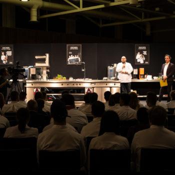 Mike P. Pansi, Präsident der Koch G5, eröffnet Young Chefs Unplugged, das Event für Nachwuchsköche.Foto: Michael Gunz