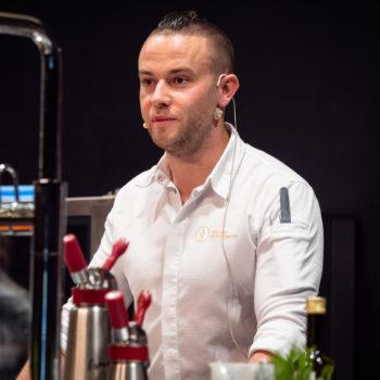 2015 wurde Andreas Schwienbacher zum jüngsten Küchenchef in einem fünf-Sterne Hotel Südtirols, 2016 dann jüngster Haubenkoch. Foto: Michael Gunz
