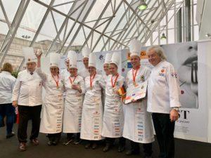 """Gold in der Kategorie Hot Kitchen"""": Die deutsche Köche-Jugendnationalmannschaft während der Preisverleihung beim Culinary World Cup 2018 in Luxemburg. Foto: VKD"""