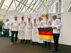 """Silber in der Kategorie Hot Kitchen"""": Die deutsche Köche-Nationalmannschaft während der Preisverleihung beim Culinary World Cup 2018 in Luxemburg. Foto: VKD"""