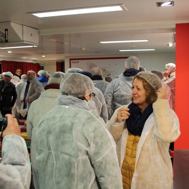 Bevor es zu den Lebensmitteln in die Markhallen ging, mussten sich die Teilnehmer aus Hygienegründen erst Schutzkleidung anziehen. Foto: VKD
