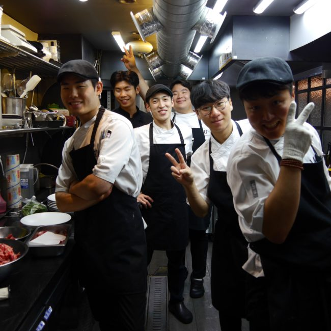 Das junge Küchenteam in dem modernen französischen Restaurant im angesagten Stadtteil Gangnam. Foto: privat