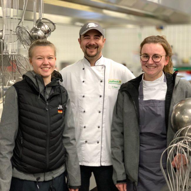 Küchenchef David Wagner (Mitte) vom Studiwerk freut sich über den Teambesuch (im Bild Jennifer Klement und Lena Schmitz vom Junior Team). Foto: VKD