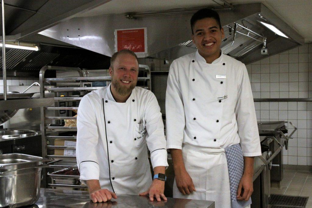 Küchenmeister Sven Frambach ist zufrieden mit seinem neuen Azubi Thomas. Foto: VKD