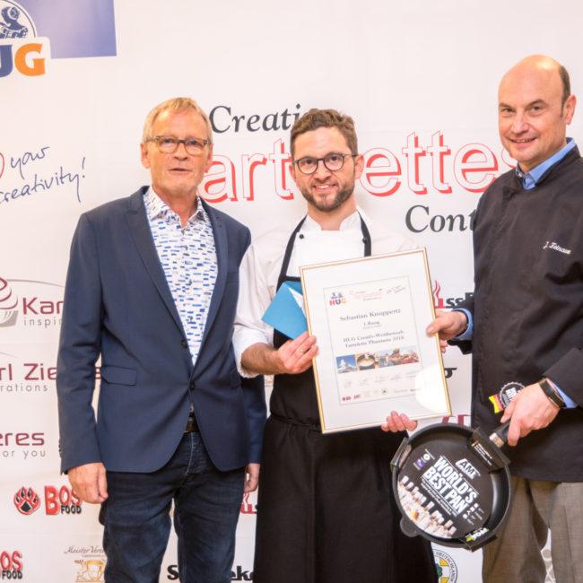 Stolzer Sieger der Kategorie Dessert: Sebastian Knuppertz (mitte) mit Jurymitglied Joachim Feinauer (rechts) und René Keller von HUG. Foto: HUG