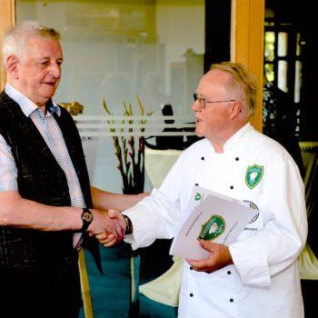 Ralf Lehmann übergibt Norbert Becker aus Karlsruhe die IKL-Ehrenmitgliedschaft.