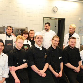 Teilnehmer und Jury der 16. Regionalmeisterschaft in der Susanna-Eger-Schule, dem Ort der Köche-Berufsausbildung in Leipzig.