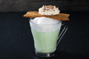 Sieht nicht nur gut aus, sondern schmeckt auch gut: Bärlauch Cappuccino mit Brotchip und Ziegenkäse. Foto: Ingo Hilger/VKD
