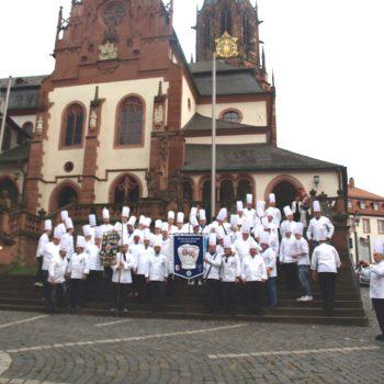 Fröhlicher Verein: Mitglieder des Köchevereins Aschaffenburg-Miltenberg anlässlich der Fahnenweihe 2014. Foto: Köcheverein Aschaffenburg-Miltenberg e. V.