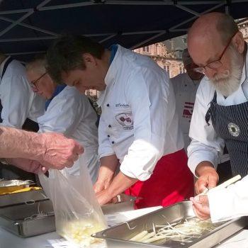 Ein absolutes Muss im Jahreskalender: Spargel schälen auf dem Aschaffenburger Wochenmarkt. Foto: Köcheverein Aschaffenburg-Miltenberg e. V.