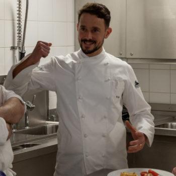 Berufsschullehrer Markus Wolf bespricht mit den angehenden Köche die Teller. Foto: VKD