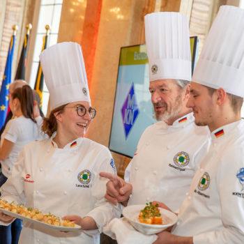Während des Pressegesprächs zur IKA/Olympiade der Köche versorgten die Teamvertreter die anwesenden Journalisten mit Fingerfood. Foto: Messe Stuttgart