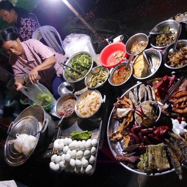Currys, eingelegte Gurken und Gemüse und Embryo-Eier - das Streetfood ist sehr facettenreich. Foto: Privat
