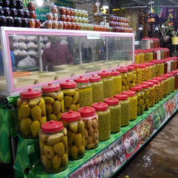 Eine Besonderheit der Küche in Kambodscha: sauer eingelegte grüne Mangos, Baumfrüchte oder Gurken. Foto: Privat