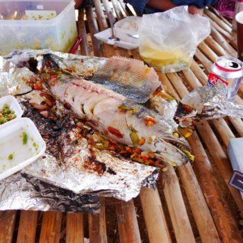 Während eines Ausflugs mit Koch Pherak und anderen Hostelbewohnern kommen allerhand Leckereien auf den Picknicktisch. Foto: Privat