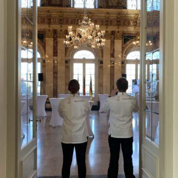 Teamvertreter blicken in den Marmorsaal im Neuen Schloss Stuttgart. Foto: VKD
