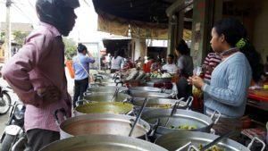 Am Straßenrand kochen Frauen Currys, Gemüse und Reis. Foto: Privat