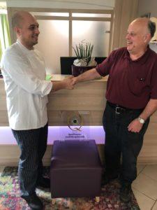 Fritz Lindemann, Vorsitzender Club der Köche Südpfalz e. V., übergibt die Plakette an Michael Koch vom Hotel-Restaurant Hotel zur Pfalz, Koch's Restaurant. Foto: Privat