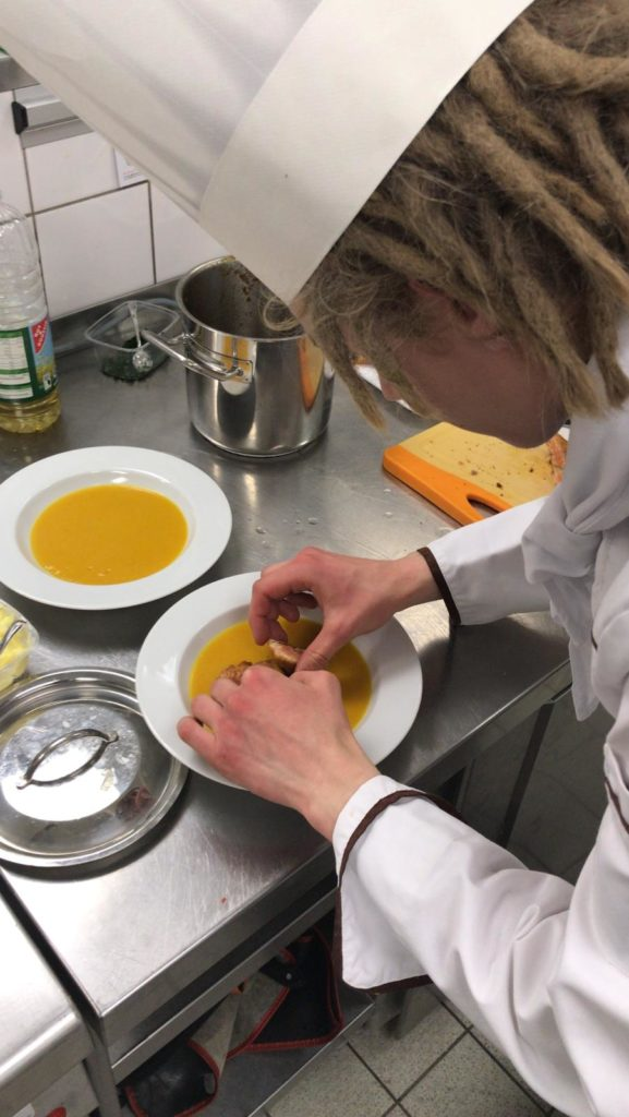 Die Teilnehmer kreieren Menüs, zeigen ihr handwerkliches Können mit scharfen Messern und den kreativen Umgang mit Lebensmitteln. Foto: LV Berlin-Brandenburg