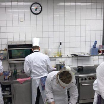 Ende März traten fünf Auszubildende im Beruf Koch/Köchin im jährlichen Wettbewerb gegeneinander antraten, um den Besten ihrer Zunft aus Berlin und Brandenburg zu ermitteln. Foto: LV Berlin-Brandenburg