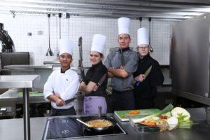 Mit viel Liebe zum Beruf: Jugendlichen wird in Fulda das 1x1 des Kochens beigebracht. Foto: Eduard-Stieler-Schule Fulda
