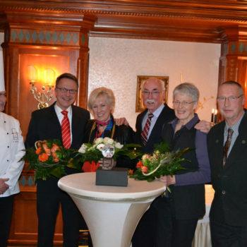 Der Große Preis der Köche des Lipperlandes hat Tradition, auf dem Foto sind die Preisträger von 2013 zu sehen, Schriftführer des Vereins Uwe Eggers (ganz rechts) und Ralf-Wilhelm Kanne (2. v. l.) vom Unternehmen Handelshof (Förderer). Foto: Köcheclub Lippe von 2010 e. V.