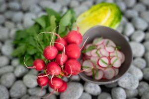 Radieschen sind eine beliebte Zutat in der Rohkostküche. Foto: VKD/Ingo Hilger
