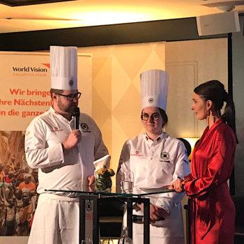 Jugendnational-Trainer Paul Emde mit Lena Schmitz und Moderatorin Anja Kohl. Foto: VKD